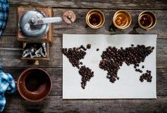 Mapa świat, wykładająca z kawowymi fasolami na starym papierze Eurasia, Ameryka, Australia, Afryka Rocznik czarna kawa Obrazy Stock
