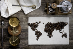 Mapa świat, wykładająca z kawowymi fasolami na starym papierze Eurasia, Ameryka, Australia, Afryka Rocznik czarna kawa Obraz Royalty Free