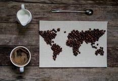 Mapa świat, wykładająca z kawowymi fasolami na starym papierze Eurasia, Ameryka, Australia, Afryka Rocznik Czarna kawa w a Zdjęcia Stock