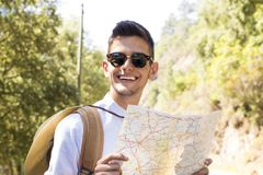 Mapa adolescente de la lectura del muchacho Fotos de archivo libres de regalías