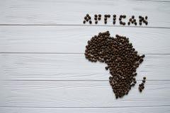 Mapa Afryka robić piec kawowe fasole kłaść na białym drewnianym textured tle Zdjęcia Royalty Free