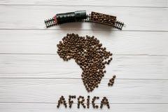 Mapa Afryka robić piec kawowe fasole kłaść na białym drewnianym textured tle z zabawka pociągiem Fotografia Royalty Free