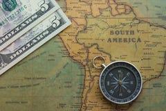 Mapa antiguo de Suramérica con el dinero y un compás, primer de los E.E.U.U. imagenes de archivo