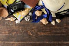 Mapa, cámara, pasaporte, cáscaras y palmadas del concepto A del viaje en una tabla de madera marrón Relajación holidays Visión su imagenes de archivo