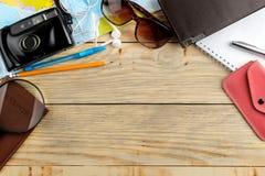 Mapa, cámara, pasaporte y cartera del concepto del viaje en una tabla de madera natural Relajación holidays Visión superior Espac fotografía de archivo
