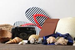 Mapa, cámara, pasaporte y chancletas del concepto A del viaje en una tabla de madera marrón Relajación holidays foto de archivo