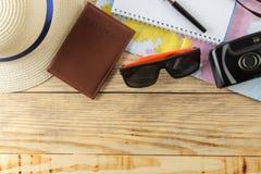 Mapa, cámara, pasaporte, y vidrios del concepto A del viaje en una tabla de madera natural Relajación holidays Visión superior Es imagen de archivo libre de regalías