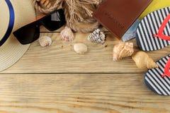 Mapa, cámara, pasaporte, y vidrios del concepto A del viaje en una tabla de madera natural Relajación holidays Visión superior Es foto de archivo libre de regalías