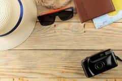 Mapa, cámara, pasaporte, y vidrios del concepto A del viaje en una tabla de madera natural Relajación holidays Visión superior Es fotos de archivo libres de regalías