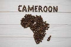 Mapa Cameroon robić piec kawowe fasole kłaść na białym drewnianym textured tle Fotografia Stock