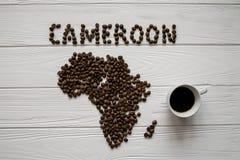Mapa Cameroon robić piec kawowych fasoli layin na białym drewnianym textured tle z filiżanką Obrazy Stock