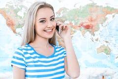 Mapa cercano hermoso de la mujer joven Imágenes de archivo libres de regalías