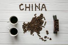 Mapa Chiny robić piec kawowe fasole kłaść na białym drewnianym textured tle z zabawka pociągiem i dwa filiżankami kawy Zdjęcia Royalty Free