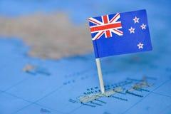 Mapa com a bandeira de Nova Zelândia imagens de stock