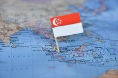 Mapa com a bandeira de Singapura fotos de stock