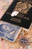 Mapa, compasso, dinheiro africano, passaporte e tabuletas fotos de stock