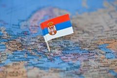 Mapa con la bandera de Serbia imagen de archivo libre de regalías