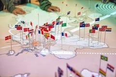 Mapa con las banderas de las naciones Imagenes de archivo