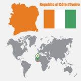 Mapa da Costa do Marfim em um mapa do mundo com o ponteiro da bandeira e do mapa Ilustração do vetor ilustração stock