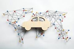Mapa da infraestrutura do mundo e figura de madeira do carro foto de stock royalty free