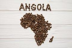 Mapa de Angola feito dos feijões de café roasted que colocam no fundo textured de madeira branco Imagem de Stock Royalty Free