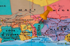 Mapa de Benin con un pasador anaranjado pegado Imagenes de archivo