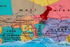 Mapa de Benin con un pasador rojo pegado Imagen de archivo
