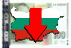 Mapa de Bulgaria en fondo búlgaro del dinero del lev y flecha roja abajo Imágenes de archivo libres de regalías