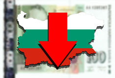 Mapa de Bulgária no fundo búlgaro do dinheiro do lev e na seta vermelha para baixo Imagens de Stock Royalty Free