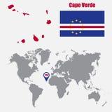 Mapa de Cabo Verde en un mapa del mundo con el indicador de la bandera y del mapa Ilustración del vector Imagenes de archivo