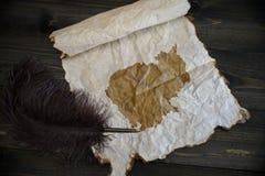 Mapa de cambodia no papel do vintage com a pena velha na mesa de madeira da textura fotos de stock