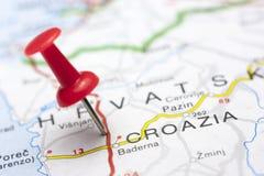 Mapa de Croazia con el perno Imágenes de archivo libres de regalías
