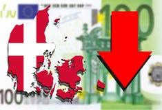 Mapa de Dinamarca en fondo euro del dinero con la flecha roja abajo Imagenes de archivo