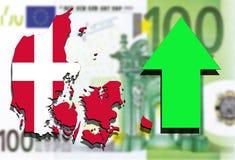 Mapa de Dinamarca en fondo euro del dinero con la flecha verde para arriba Imágenes de archivo libres de regalías