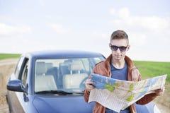 Mapa de estradas da leitura do homem novo Foto de Stock Royalty Free