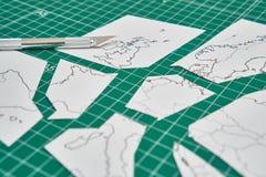 Mapa de Europa con un regla y un cortador fotos de archivo