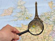 Mapa de France, torre Eiffel diminuta da lembrança, Paris Fotos de Stock Royalty Free