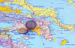 Mapa de Greece e de euro- moedas Fotos de Stock