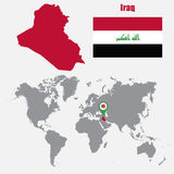Mapa de Iraq en un mapa del mundo con el indicador de la bandera y del mapa Ilustración del vector Imagen de archivo