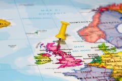 Mapa de Italia con un pasador amarillo imagen de archivo