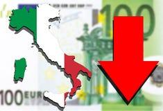 Mapa de Italia en fondo euro del dinero y flecha roja abajo Imagen de archivo libre de regalías