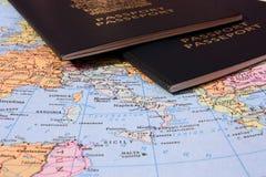 Mapa de Italy com dois passaportes imagem de stock royalty free