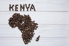 Mapa de Kenya feito dos feijões de café roasted que colocam no fundo textured de madeira branco Fotos de Stock