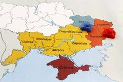 Mapa de la guerra en Ucrania con el tanque Imágenes de archivo libres de regalías