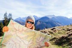 Mapa de la lectura del caminante de la mujer en montañas fotografía de archivo libre de regalías
