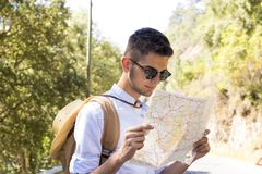 Mapa de la lectura del muchacho Imagen de archivo libre de regalías