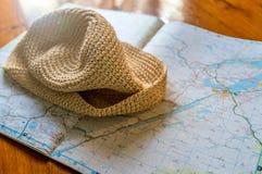 Mapa de la preparación del viaje y sombrero esenciales del sol Fotos de archivo