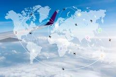 Mapa de la red de los aeroplanos de las rutas de vuelo con el ala borrosa en foto de archivo