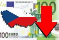 Mapa de la República Checa en fondo euro del dinero y flecha roja abajo Fotos de archivo
