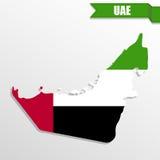 Mapa de los UAE con el interior y la cinta de la bandera ilustración del vector